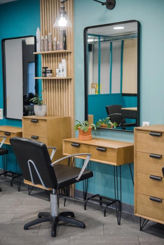 Poste de coiffure du salon à la décoration bleu et bois