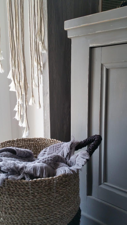 Panier en osier et meuble peint