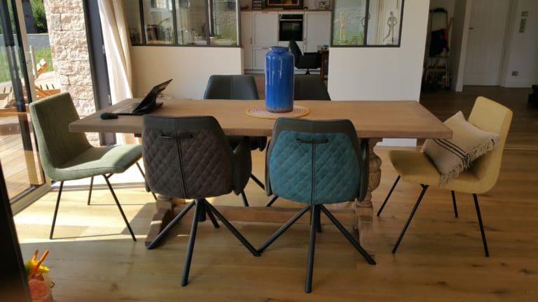 Tablle de salle à manger et fauteuils disparates