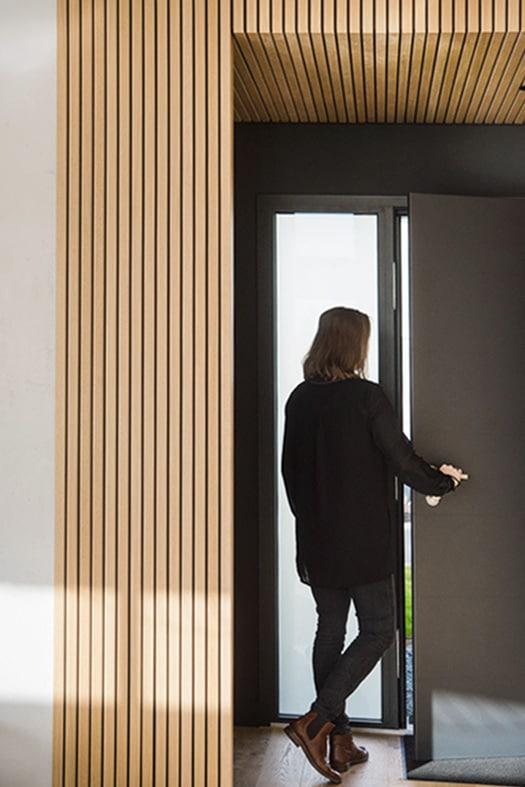 porte d'entrée noir mat et arche en tasseau de bois