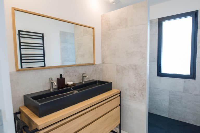 Meuble de salle de bain en bois et noir