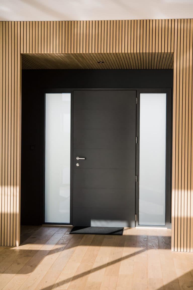 Arche en tasseau de bois dans le hall d'entrée