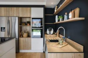 Cuisine en bois blanc et noir mat