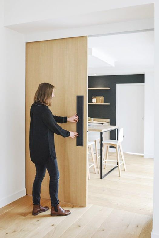 Porte en bois coulissante séparant le cuisine de la salle à manger