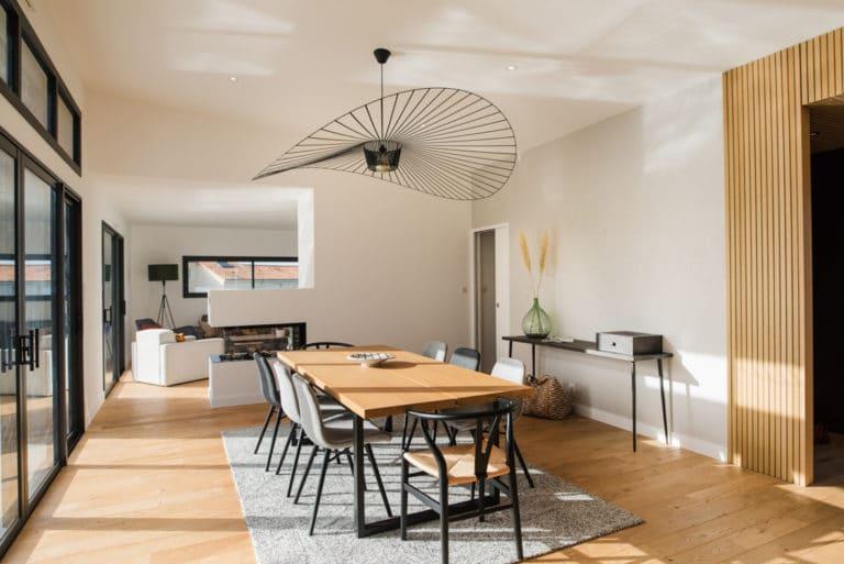 Salle à manger et salon de cette maison au style contemporain