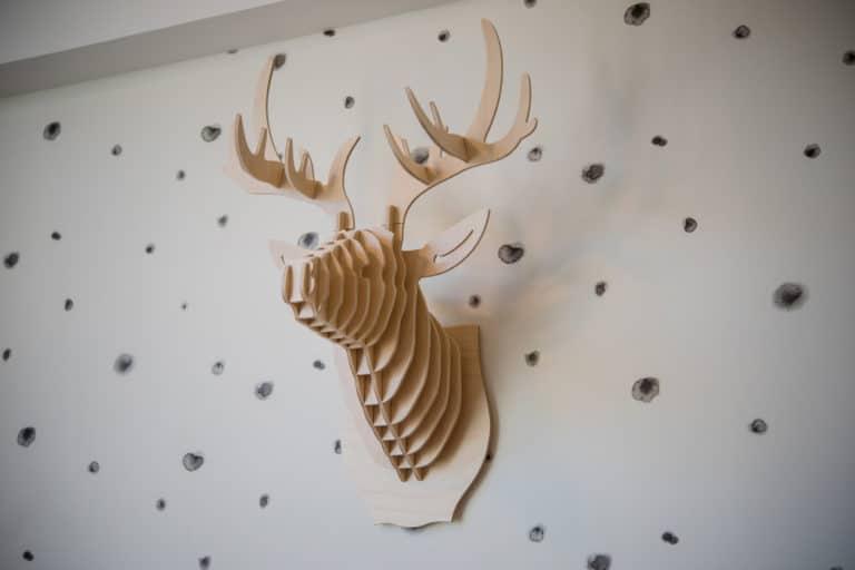 Tête de cerf moderne en bois