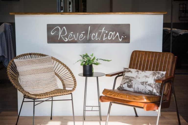 L'enseigne intérieur du salon de coiffure Révélation dans l'espace d'attente.
