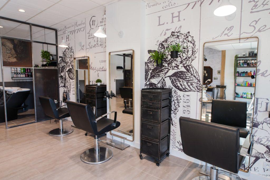Deux postes de coiffures femme à la décoration industrielle et romantique