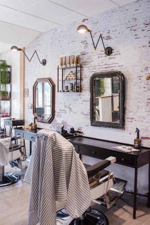 Un poste de coiffure du salon Révélation à la décoration moderne