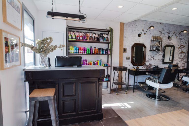 Le comptoir et les postes de coiffures d'un salon à la décoration moderne