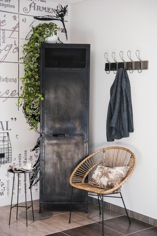 Assise en rotin et armoire acier brut noir