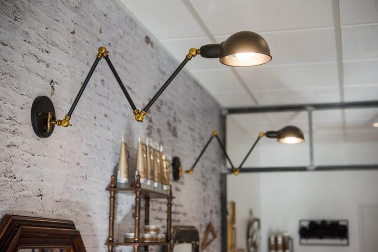 Luminaires muraux sur un mur au papier peint imitation briques
