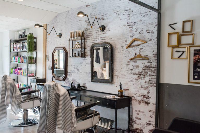 2 postes de travail du salon de coiffure Révélation
