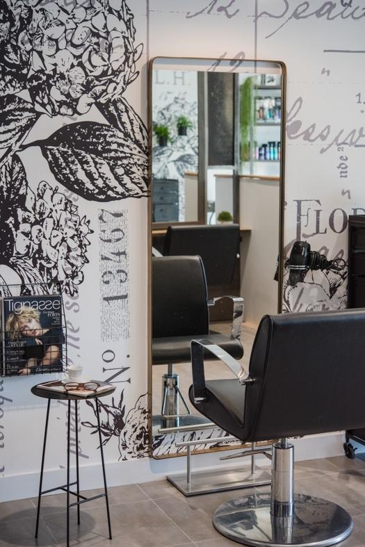 Un miroir verticale du poste de coiffure du salon Révélation
