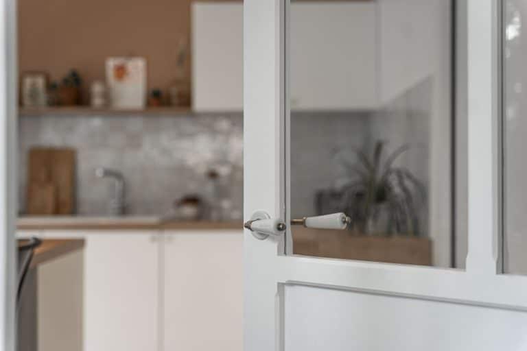 Porte vitrée donnant sur la cuisine