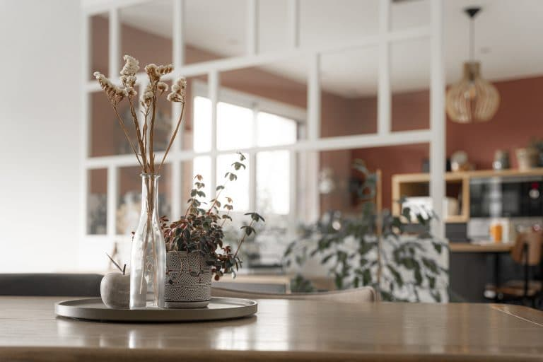 La composition florale sur la table de lasalle à manger
