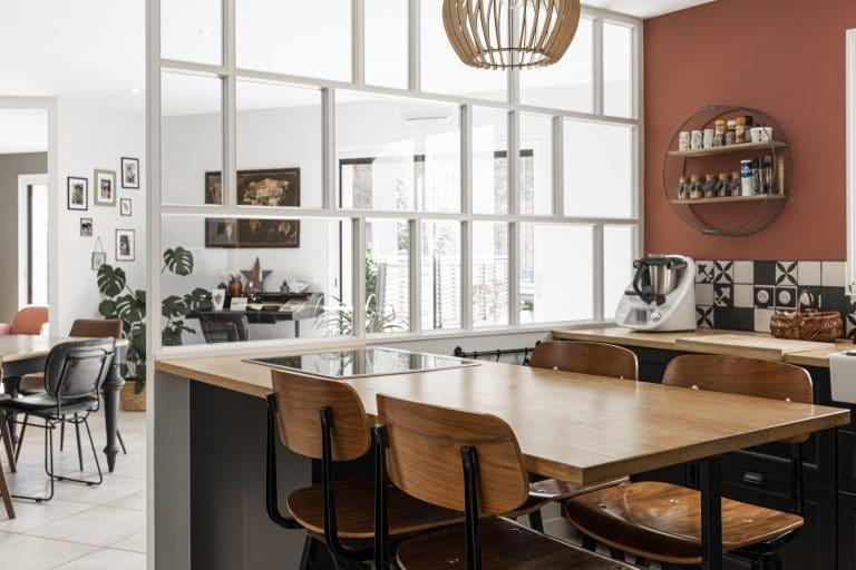La table de cuisine et ses chaises en bois industrielles
