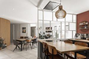 La verrière blanche et la cloison en tasseau pour un intérieur contemporain