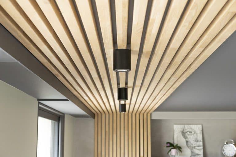 les tasseaux de bois montent sur le plafond