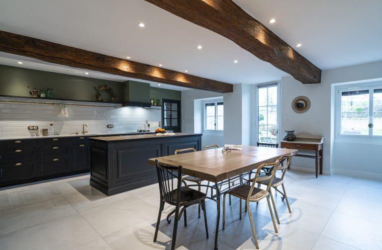 La cuisine est lumineuse avec ses murs blancs